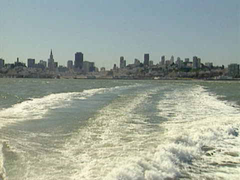 vidéos et rushes de ws pov view of skyline from back of ferry boat / san francisco, california, usa  - ferry