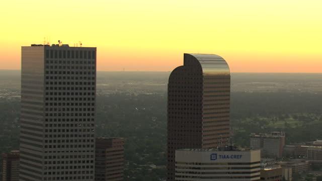 vídeos y material grabado en eventos de stock de ms zi aerial view of skyscraper buildings downtown with pink hues during sunset / denver, colorado, united states - rascacielos