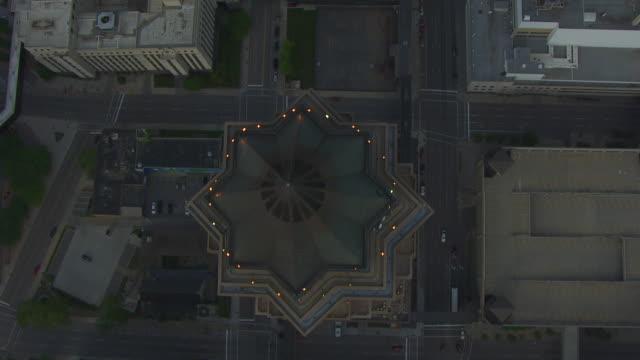 vídeos de stock e filmes b-roll de ws aerial pov view of skyscraper in city / des moines, iowa, united states - des moines iowa