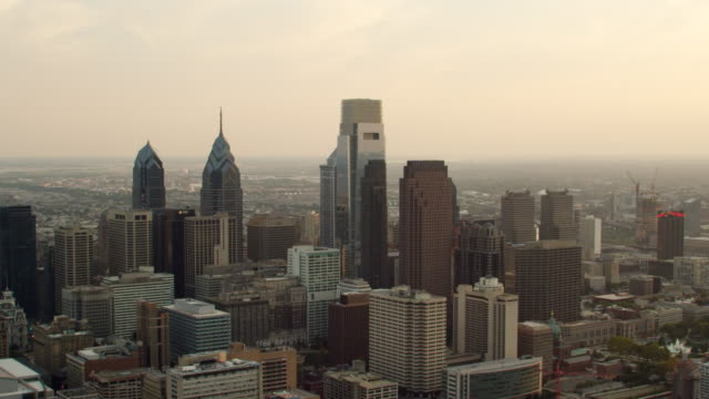 stockvideo's en b-roll-footage met ms zi aerial view of skyscrapers and delaware river on distance / philadelphia - philadelphia pennsylvania