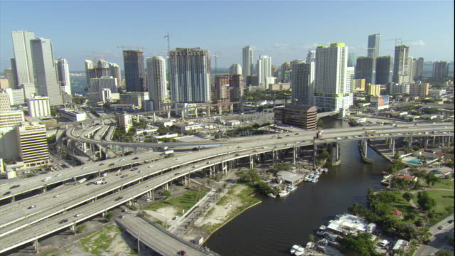 vidéos et rushes de ws pov aerial view of skyscrapers and interstate highway / miami, florida, usa - route surélevée
