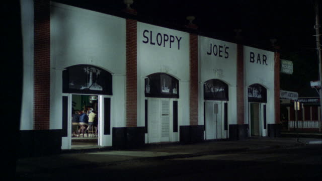 stockvideo's en b-roll-footage met ms view of sloppy joe bar on corner in small town - bar gebouw