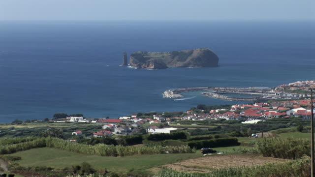 ws view of small island forming a pool in the sea / ilheu da vila, vila franca, sao miguel, azores, portugal - アゾレス諸島点の映像素材/bロール