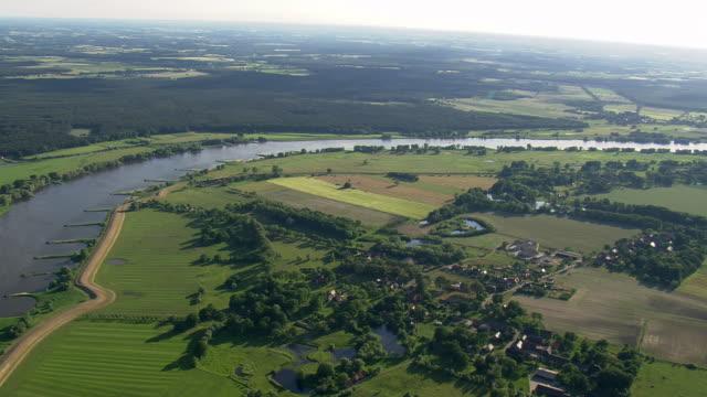 vídeos de stock, filmes e b-roll de ws aerial view of small town and farmland with elbe river / germany - rio elbe