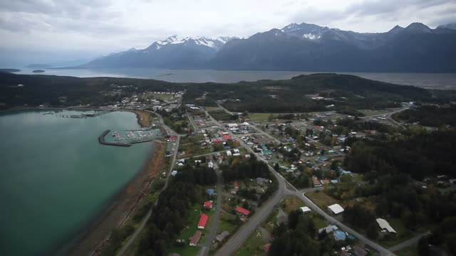 vídeos de stock e filmes b-roll de ws aerial view of small town in yukon / juneau, alaska, united states - alasca