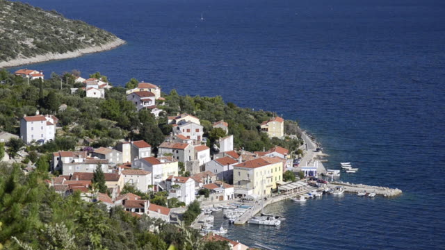 ws view of small town located near ocean / valun, island of cres, croatia - ツレス点の映像素材/bロール