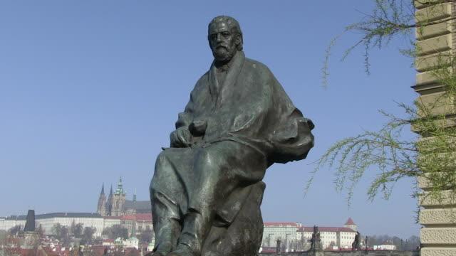 ms view of smetana monument / prague, hlavni mesto praha, czech republic - figura maschile video stock e b–roll