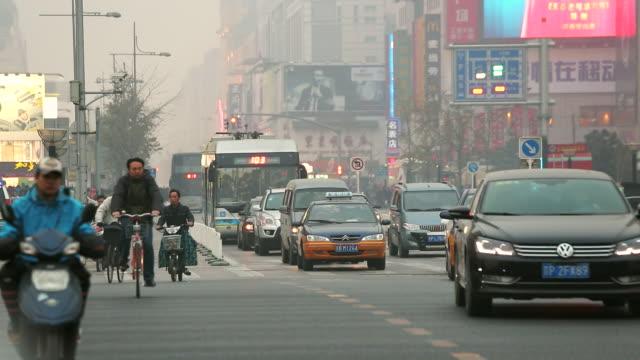 ws view of smog at dusk wangfujing shopping street central / beijing, hebei province, china - beijing点の映像素材/bロール