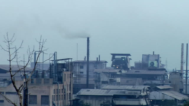 vidéos et rushes de ws zo view of smoke coming out of chimney, kanakaria textile mills / ahemdabad, gujarat, india  - usine textile