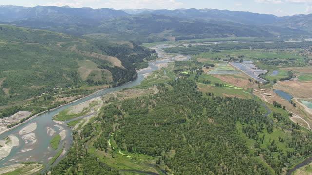 vídeos y material grabado en eventos de stock de ws aerial pan view of snake river / wyoming, united states - río snake