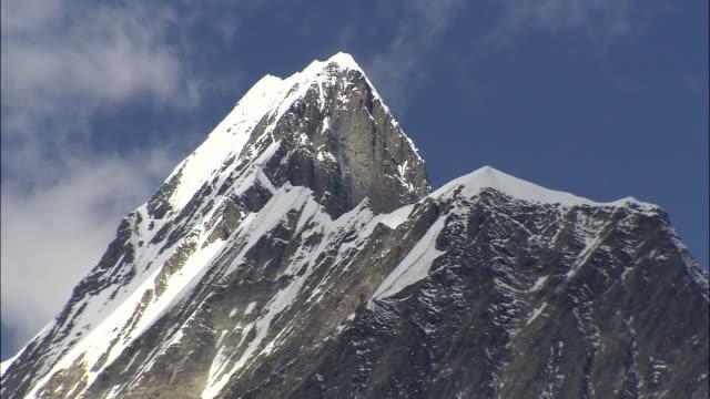 vídeos de stock, filmes e b-roll de ws view of snow cornice and seracs on snow covered mountain near phoksundo lake / high himalayas,upperdolpo, nepal - snow cornice