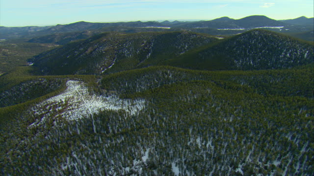 ws pov aerial view of snow covered hills near pike national forest outside denver / denver, colorado, usa - kälte stock-videos und b-roll-filmmaterial