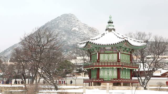 vídeos de stock e filmes b-roll de view of snow-scene of hyangwonjeong pavilion and tourists - casa de jardim