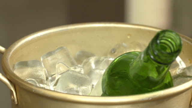 vídeos de stock e filmes b-roll de view of soju(famous korean alcohol) bottle in the ice bucket - balde de gelo