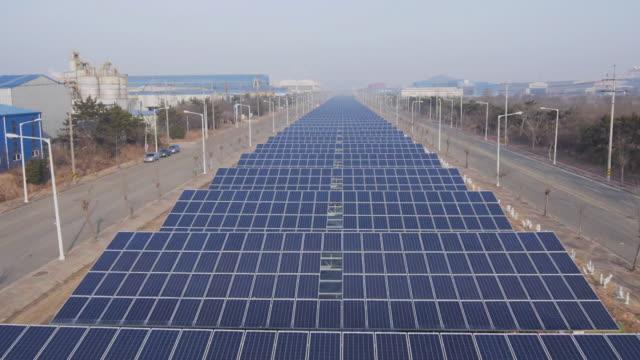 vidéos et rushes de view of solar panels on field in jincheongun, chungcheongbuk-do, south korea - groupe d'objets