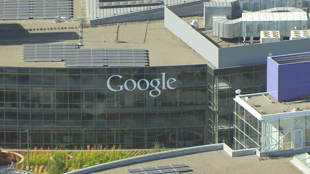 stockvideo's en b-roll-footage met ms zo aerial pov view of solar panels on roof of building, googleplex, google campus area / mountain view, california, united states - hoofdkantoor
