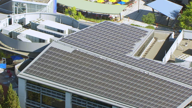 stockvideo's en b-roll-footage met ms pan aerial pov view of solar panels on roof of building, googleplex, google campus area / mountain view, california, united states - hoofdkantoor