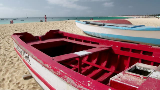 vídeos y material grabado en eventos de stock de ms view of some boats on beach sand of beach near santa maria / santa maria, sal, cape verde - cabo verde