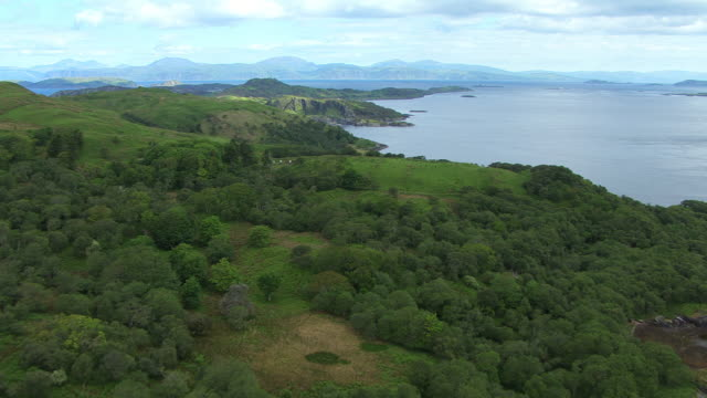 vidéos et rushes de ws aerial tu view of sound of mull and idyllic house location to coast at start / isle or island of scarba, argyll and bute, scotland - mull