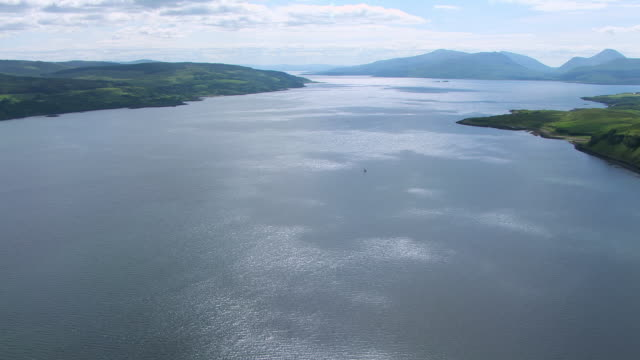 vídeos de stock e filmes b-roll de ws aerial view of sound of mull in hebrides on west coast / isle or island of mull, argyll and bute, scotland - ilha mull