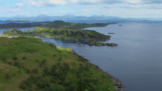 vídeos de stock e filmes b-roll de ws aerial view of sound of mullwith narrow passage called grey dogs / isle or island of scarba, argyll and bute, scotland - ilha mull
