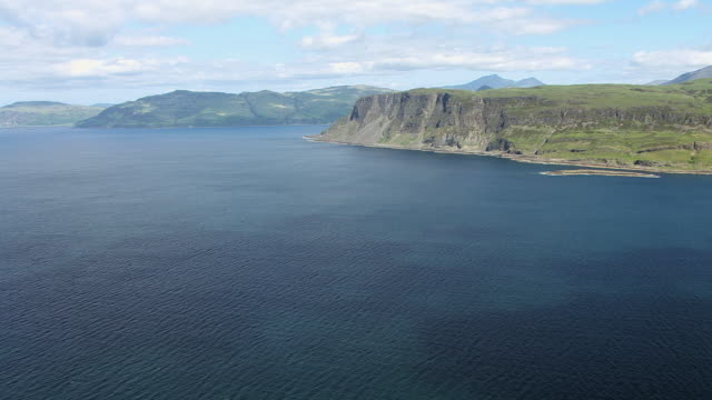 vídeos de stock e filmes b-roll de ws aerial tu view of sound of to cliffs on south coast near loch buie in hebrides on west coast / isle or island of mull, argyll and bute, scotland - ilha mull