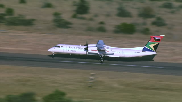 vidéos et rushes de ws aerial zi zo view of south african express aeroplane landing at rustenburg airport / rustenburg, north west province, south africa - atterrir