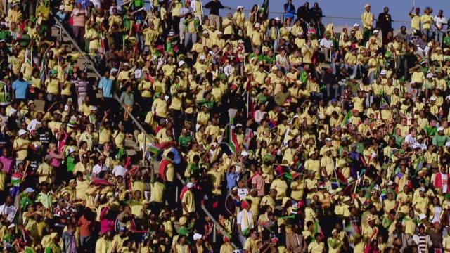 vídeos de stock e filmes b-roll de ws view of south african fans during soccer match / johannesburg, gauteng, south africa - etapa desportiva