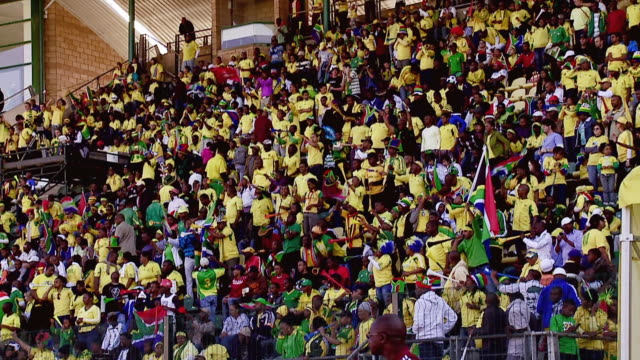 vidéos et rushes de ws pan view of south african fans during soccer match / johannesburg, gauteng, south africa - république d'afrique du sud