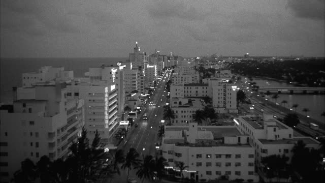 vidéos et rushes de ws view of south down collins avenue - miami