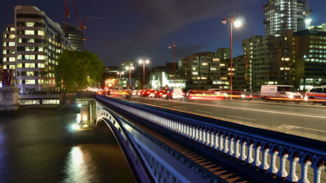 ws t/l view of southwark bridge london at night busy traffic crosses as commuters head / london, greater london, united kingdom - greater london stock-videos und b-roll-filmmaterial