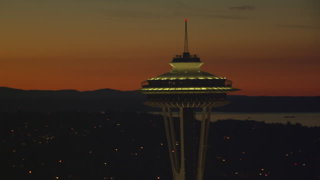 vídeos de stock e filmes b-roll de ws aerial zi zo view of space needle tower at night / seattle, washington, united states - space needle