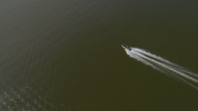 ws aerial zi ts view of speedboat in potomac river / washington, dist. of columbia, united states - schnellboot stock-videos und b-roll-filmmaterial