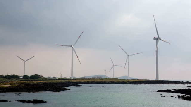 vidéos et rushes de view of spinning wings of wind turbine on shinchang windmill coast - groupe moyen d'objets