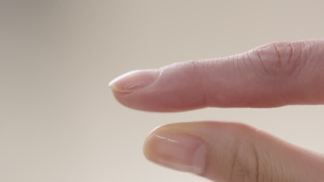 vídeos de stock, filmes e b-roll de view of splaying thumb and index finger - dedo humano