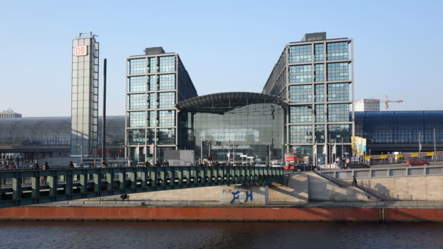 ws view of spree river and hauptbahnhof (main station) / berlin, germany - river spree stock videos & royalty-free footage