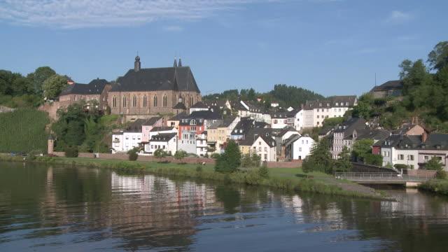 ws view of st. laurentius church and old town near river saar / saarburg, saar-valley, rhineland-palatinate, germany - saarburg stock-videos und b-roll-filmmaterial