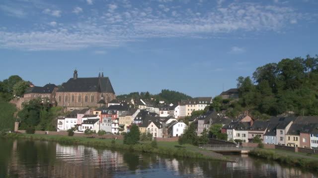 ws pan view of st. laurentius church and old town near river saar / saarburg, saar-valley, rhineland-palatinate, germany - saarburg stock-videos und b-roll-filmmaterial