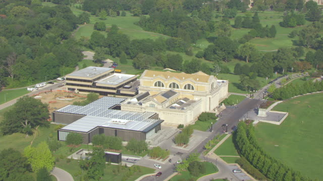 ws aerial td view of st louis art museum building in forest park / st louis, missouri, united states - ミズーリ州 セントルイス点の映像素材/bロール