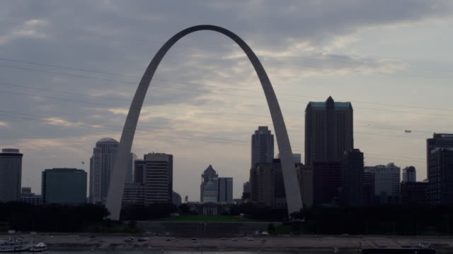ws t/l view of st. louis skyline and gateway arch at sunset / st. louis, missouri, united states - missouri stock videos & royalty-free footage