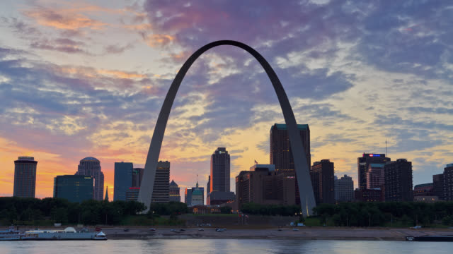 vídeos de stock e filmes b-roll de t/l view of st louis skyline and the gateway arch at sunset / st louis, missouri, usa - arco caraterística arquitetural