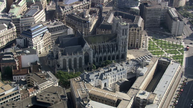 ms aerial zi zo ds view of st michael's catherdral in city / brussels, belgium - ブリュッセル首都圏地域点の映像素材/bロール
