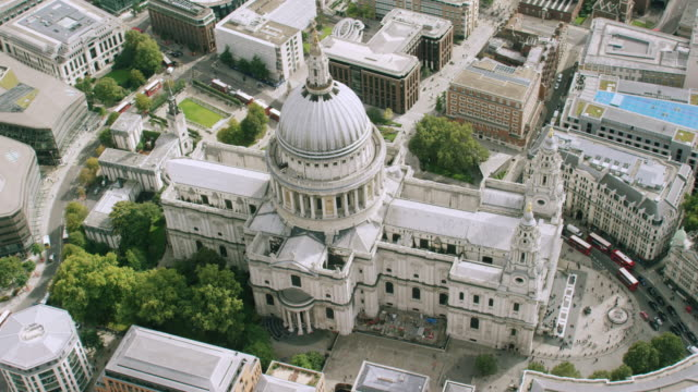 ws aerial pov view of st paul's cathedral in city / london, england, united kingdom - kuppeldach oder kuppel stock-videos und b-roll-filmmaterial
