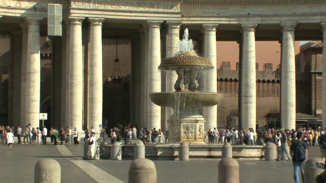 WS View of St Peter' square with Bernini colonnade / Rome, Italy
