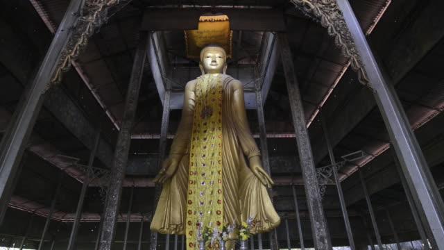 vídeos de stock e filmes b-roll de ms tu view of standing buddha figure in mandalay hill temple / mandalay, mandalay division, myanmar - figura masculina