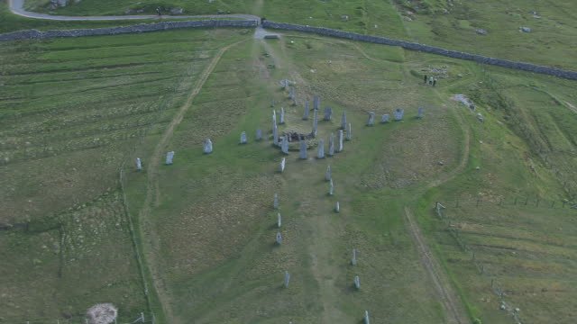 ws aerial zi ds view of standing stones at callanish isle of lewis in outer hebrides on west coast of scotland / callanish, isle of lewis, hebrides, scotland - 石柱点の映像素材/bロール