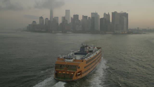 """""""ws pov aerial view of staten island ferry in   harbor approaching manhattan / new york city, united states"""" - フェリー船点の映像素材/bロール"""