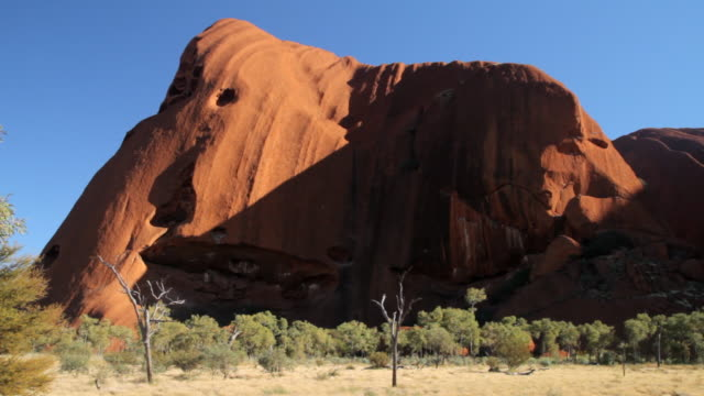 stockvideo's en b-roll-footage met ws pan view of static facade of mountain face with shrubs / northern territory, australia - wiese