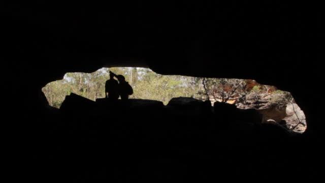 vídeos y material grabado en eventos de stock de ms view of static silhouette of men in cave / northern territory, australia - wiese