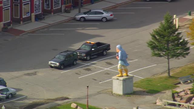 vídeos de stock e filmes b-roll de ws aerial zi view of statue at eastport / maine, united states - figura masculina